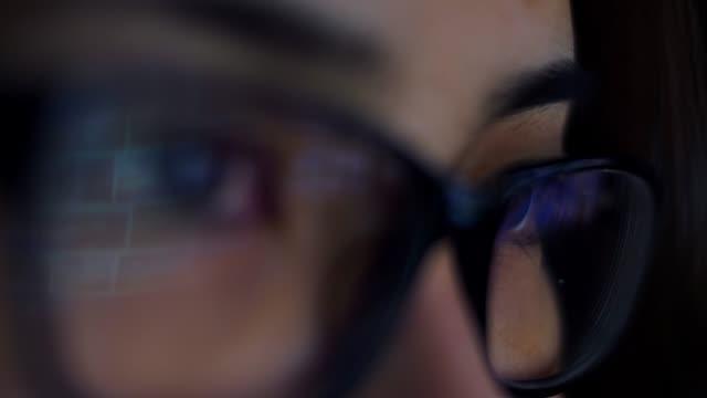 schülerbildschirm ansehen - lesebrille stock-videos und b-roll-filmmaterial