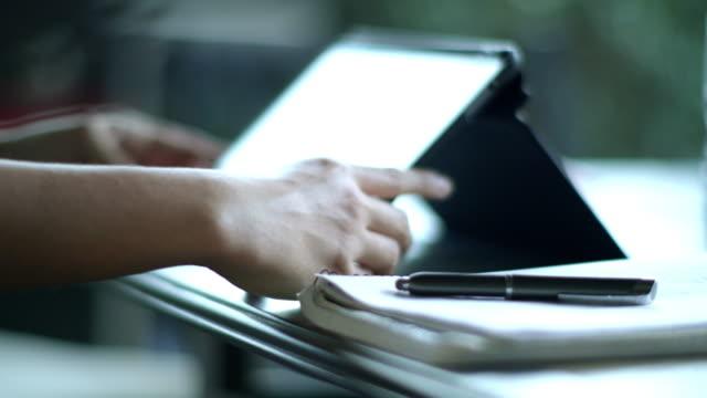 vídeos de stock, filmes e b-roll de student working on an tablet computer at home - inclinação para cima