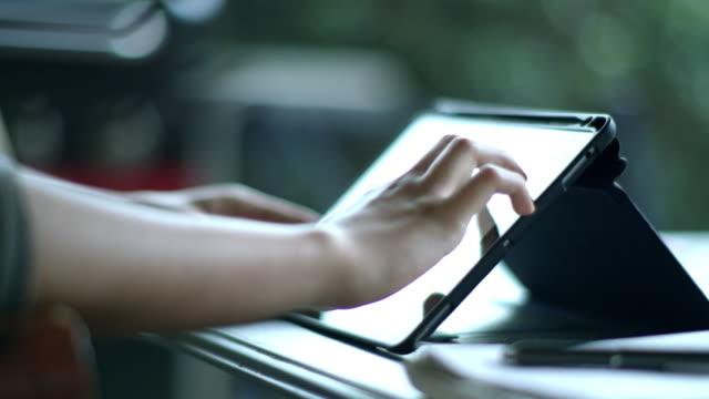 vídeos de stock, filmes e b-roll de student working on an tablet computer at home - touch screen