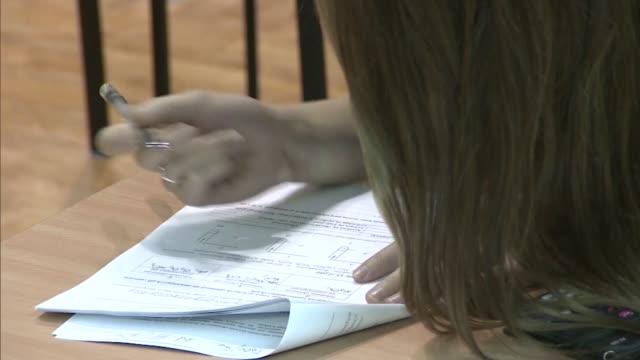 vídeos y material grabado en eventos de stock de student writing exam - examinar
