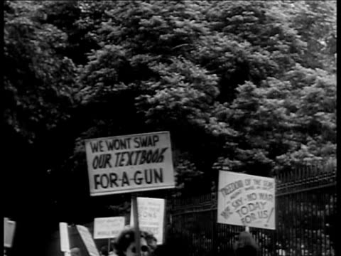 vídeos de stock, filmes e b-roll de students against the war picket in front of white house / others picket the picketers. wwii anti-war protesters on june 01, 1939 in washington, dc - 1930 1939