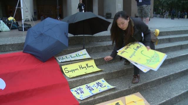 vídeos de stock e filmes b-roll de students and faculty at the university of washington in seattle organize a demonstration in solidarity with prodemocracy activists in hong kong - universidade de washington