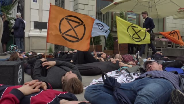 vidéos et rushes de students and members of the extinction rebellion movement are seen during a die in demonstration in warsaw poland on may 23 2019 - rébellion
