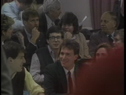 vidéos et rushes de students and professors interact during a meeting. - nbcuniversal