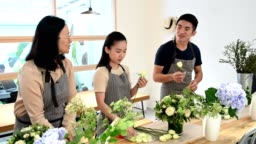 Students are arranging flowers in workshop
