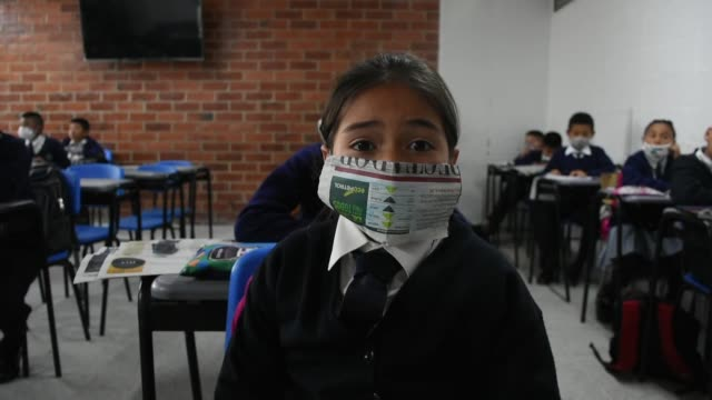 students are seen with their handmade face masks at the julio cesar turbay school located at the urban area of ​​the municipality of soacha, a sector... - luftverschmutzung stock-videos und b-roll-filmmaterial