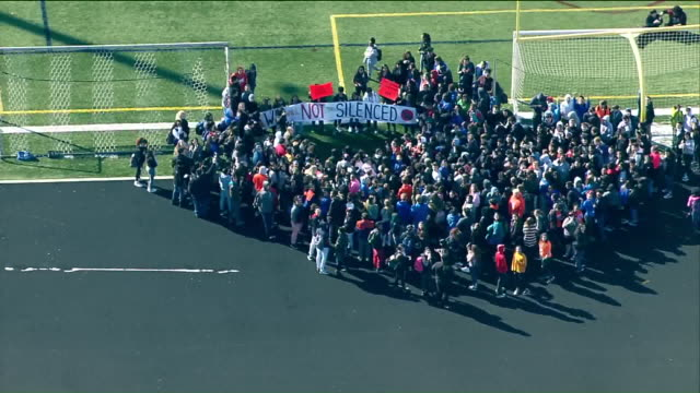 vídeos de stock, filmes e b-roll de wgn students at hoffman estates high school participated in the national school walkout which took place on march 14 for 17 minutes to honor the... - greve