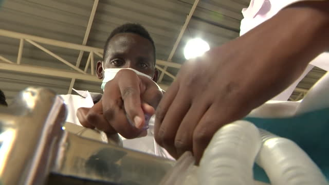 vídeos de stock e filmes b-roll de students at kenyatta university, nairobi, working on a ventilator they have developed for treatment of covid-19 patients - equipamento respiratório