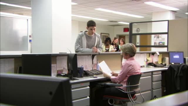 vídeos de stock, filmes e b-roll de ms students at registrar's desk, brooklyn, new york city, usa - recepcionista