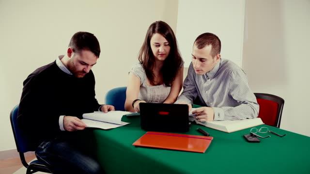 Studenten, die an einer Universität Unterricht