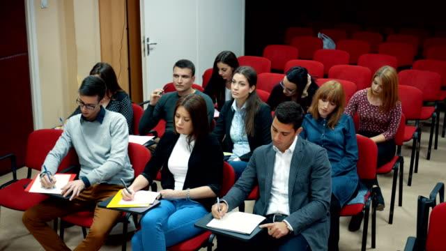 vidéos et rushes de étudiants participant à la conférence - quête de beauté