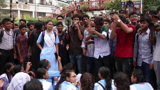 students block a road and shout slogan during a student protest near elephant road, in dhaka, bangladesh, on august 2, 2018 for the fifth day protest... - 5日目点の映像素材/bロール
