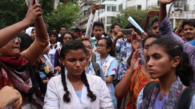 vídeos y material grabado en eventos de stock de students block a road and shout slogan during a student protest near elephant road in dhaka bangladesh on august 2 2018 for the fifth day protest was... - bangladesh