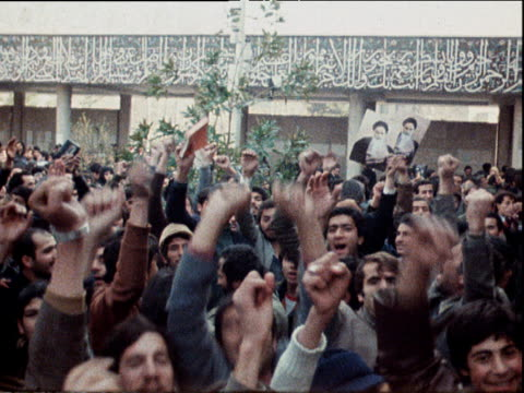 vidéos et rushes de students celebrate as picture of ayatollah ruhollah khomeini is posted on facade of tehran university mosque in power struggle following shah's... - 1979