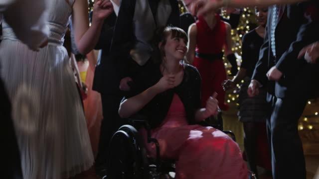 vídeos de stock, filmes e b-roll de ms students (12-18) dancing on prom night, including girl in wheelchair / cedar hills, utah, usa - cadeira de rodas equipamento ortopédico