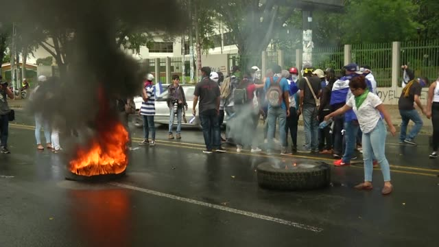 stockvideo's en b-roll-footage met students demonstrate in managua demanding that president daniel ortega and vice president rosario murillo resign and for the government to keep the... - reportage geproduceerd segment