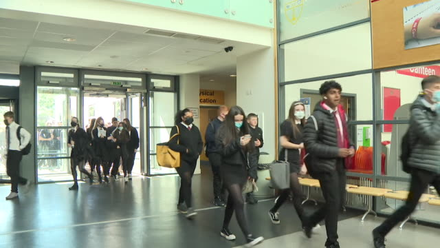 vidéos et rushes de students entering school in inverclyde wearing face coverings, as they are set to become complulsory in corridors and communal area in secondary... - écosse