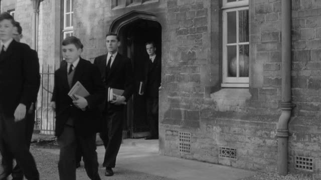 vídeos de stock, filmes e b-roll de 1960 montage students exiting a famous british public school / united kingdom - preto e branco