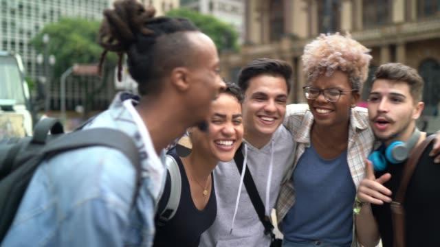 vídeos de stock, filmes e b-roll de amigos estudantes na rua da cidade - encontro social