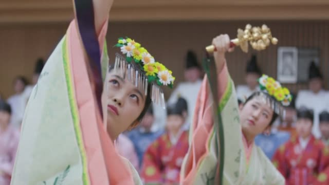 vídeos de stock e filmes b-roll de students from kokugakuin university students in tokyo take part in a ceremony on saturday involving traditional costumes and performances ahead of... - cerimónia tradicional
