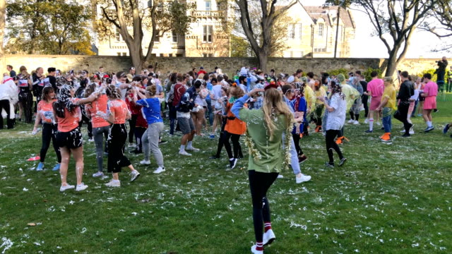 vidéos et rushes de students from st andrews university many in fancy dress indulge in a tradition of covering themselves with foam to honour the 'academic family' on... - soin du corps