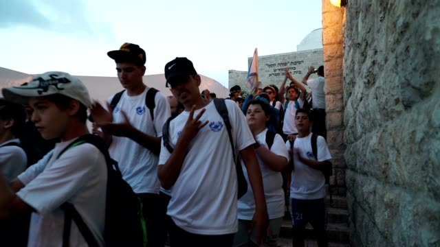 vidéos et rushes de students from the religious zionist movement make their way to the western wall for the 50th celebration they are singing jerusalem of gold - guerre des 6 jours