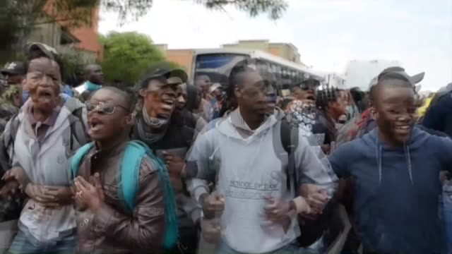 students from witwatersrand university clash with police officers during a protest against the raise on tuition fees in johannesburg south africa on... - 対決点の映像素材/bロール