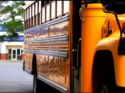 students getting off of school bus - tre fjärdedels längd bildbanksvideor och videomaterial från bakom kulisserna