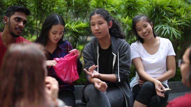vídeos de stock, filmes e b-roll de alunos se divertindo no intervalo de almoço - lanche