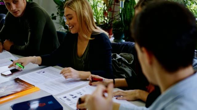 students in a library - libro di testo video stock e b–roll