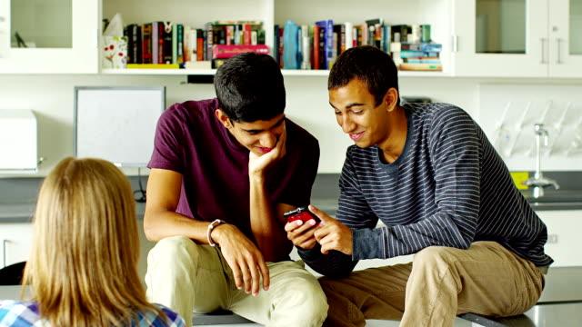 vidéos et rushes de étudiants en salle de classe - partage