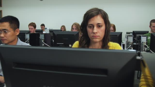 vidéos et rushes de ms pan students in college computer lab, orem, utah, usa - orem