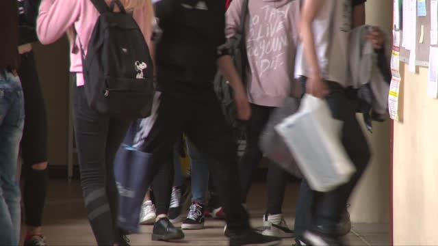 vídeos y material grabado en eventos de stock de students in corridor - pasillo objeto fabricado