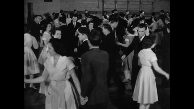 vidéos et rushes de students in formal wear dancing spinning exchanging partners and dancing ws couples dancing left to right dixie georgia - tenue habillée