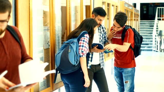 Schüler im Flur.