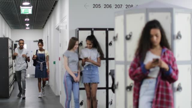 vídeos y material grabado en eventos de stock de students in high school corridor - edificio de enseñanza