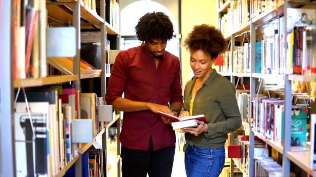 vídeos de stock, filmes e b-roll de alunos na biblioteca - university student