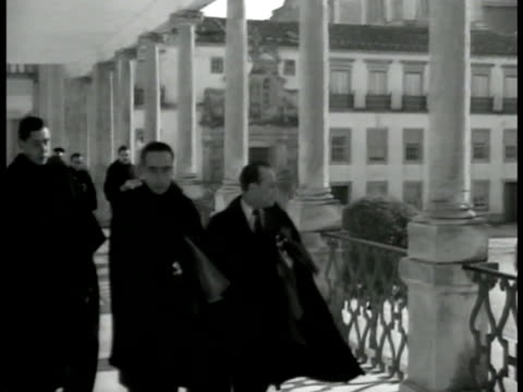 vidéos et rushes de students in robes walking in courtyard of university of coimbra. students walking on balcony of building. students leaving building. int vs students... - professor