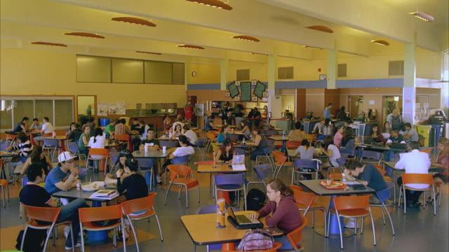 vidéos et rushes de t/l ws students in santa barbara city college cafeteria / california, usa - cantine
