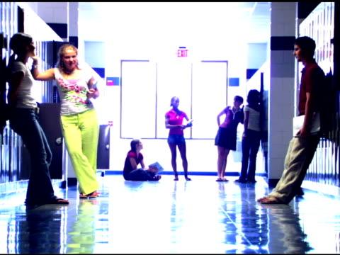 vidéos et rushes de students in school hallway - 16 17 ans