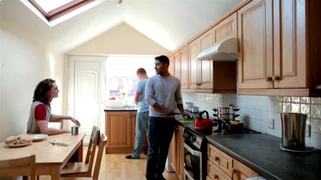 vídeos de stock e filmes b-roll de alunos na cozinha - três pessoas
