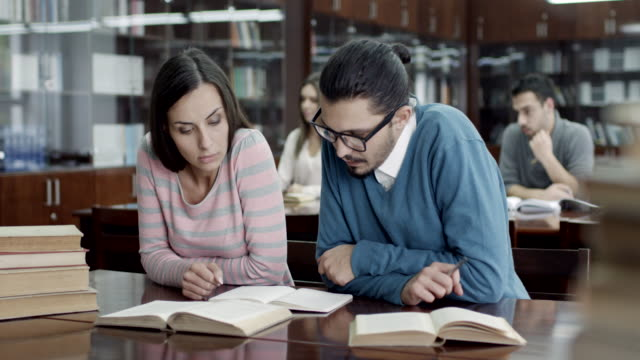 studenti nella sala di lettura - concentration video stock e b–roll