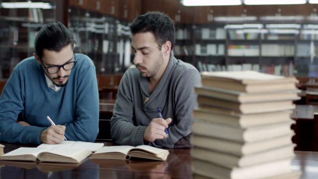 vidéos et rushes de étudiants dans la salle de lecture - littérature