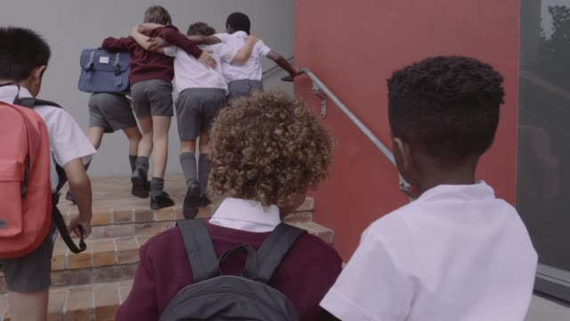 vidéos et rushes de students in uniforms entering school building - 6 7 ans