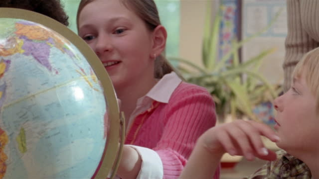 stockvideo's en b-roll-footage met students looking at globe / gorham, maine - bureauglobe