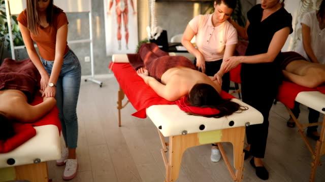 vidéos et rushes de les élèves de massage scolaire apprendre à donner correctement le massage en retour - banc de massage