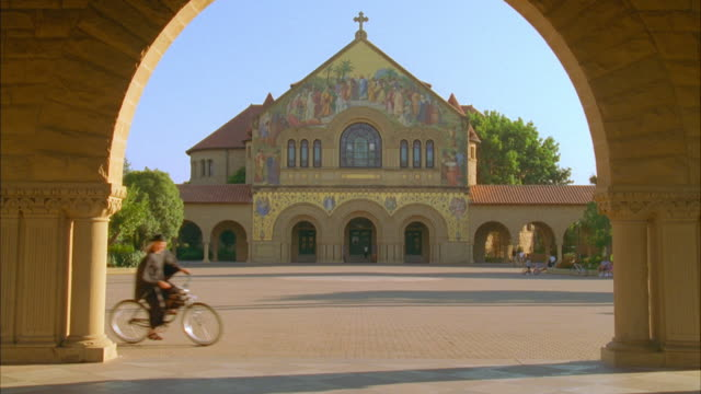 WS Students on bicycles crossing Stanford University campus / Palo Alto, California, USA