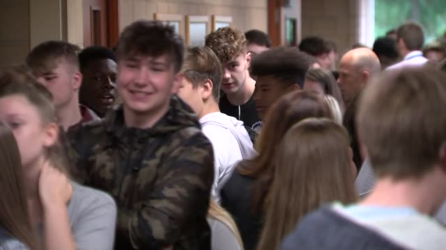 students pick up gcse results under new grading system england northamptonshire corby brooke weston academy int students queuing to collect gcse... - 一般教育証明試験点の映像素材/bロール