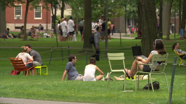 stockvideo's en b-roll-footage met ws students relaxing on lawn at harvard university campus / cambridge, massachusetts, usa - harvard university