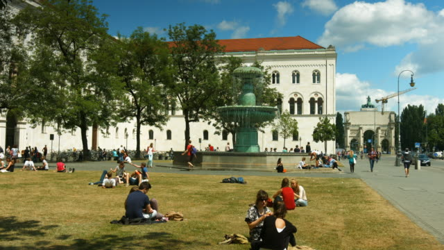 vídeos de stock, filmes e b-roll de students resting in front of the university of munich main building - geschwister